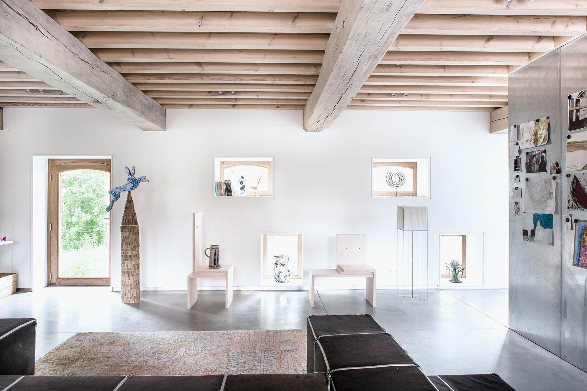 interieur hout plafond eikenhout beton vloer kunst interieur design