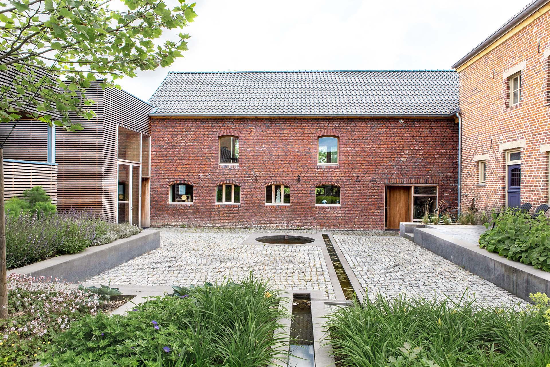 woonhuis boerderij bouwen kopen binnenplaats fontijn kinderkopjes hout baksteen huis