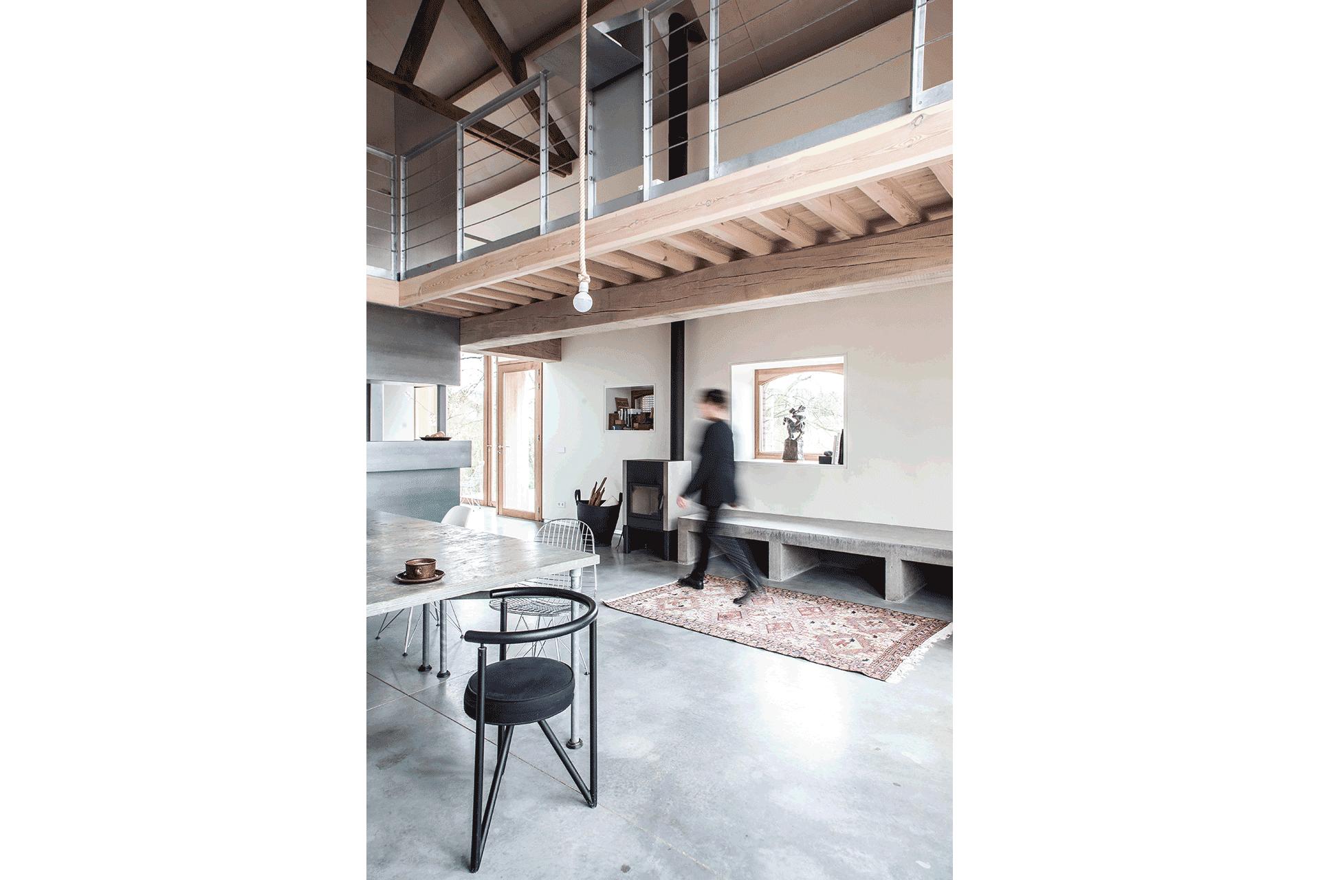 Interieur boerderij verbouwen huis zuid limburg licht hout beton staal industrieel