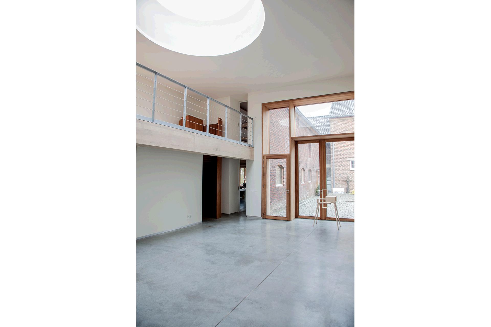 daklicht koepel daglicht licht van boven beton hout industrieel rond wit interieur huis