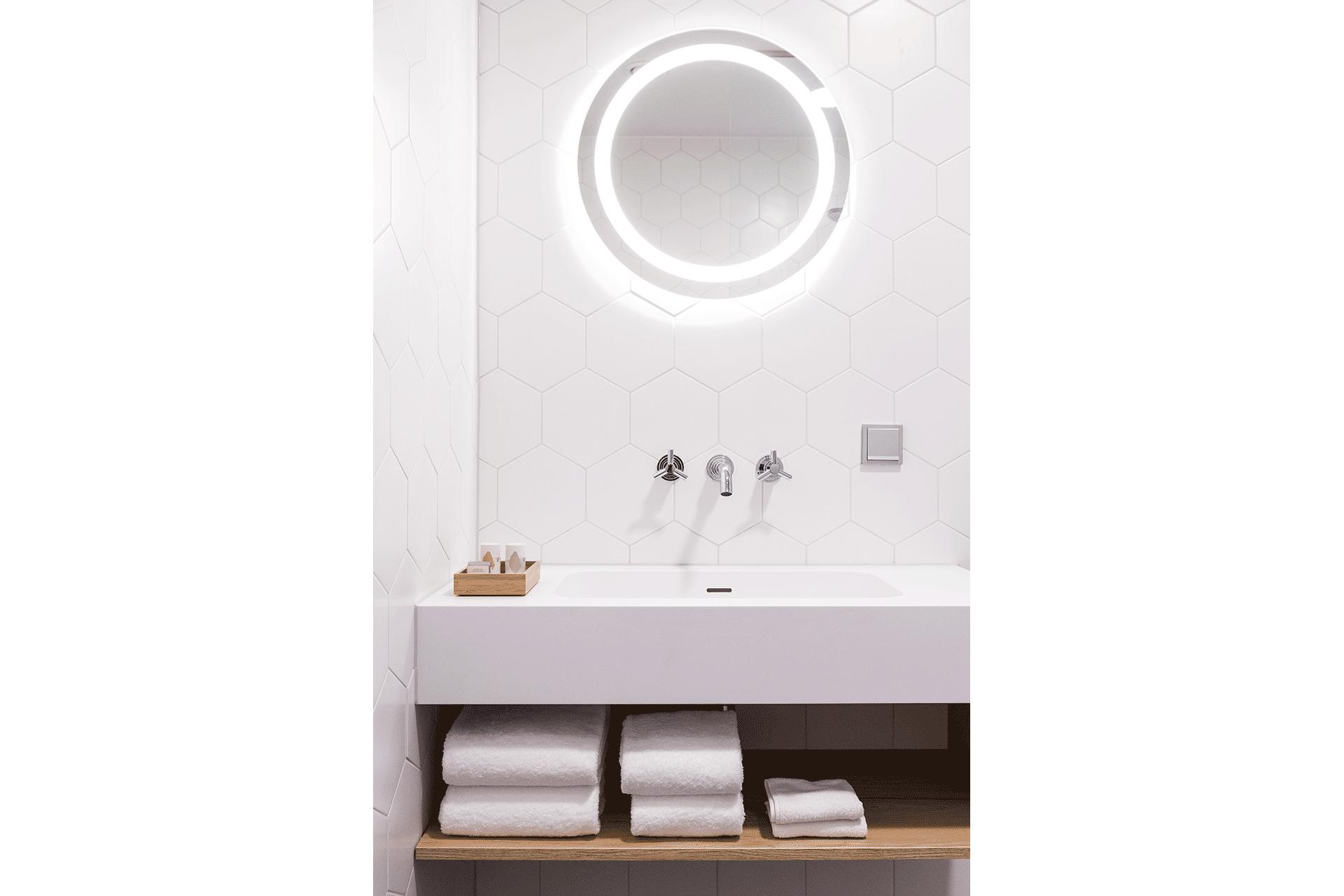 wasbak wit only white rond spiegel ronde cirkel hexagonale tegel bijzondere tegels badkamer hotel