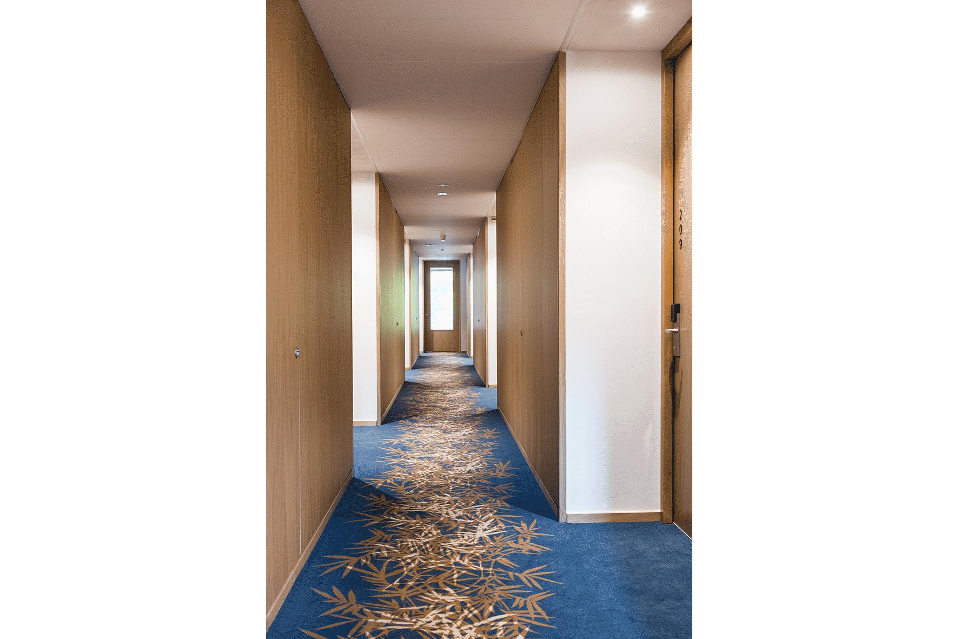 hotel gang hotelgang patroon vloer vloerbedekking hout lambrisering duurzaam blauw