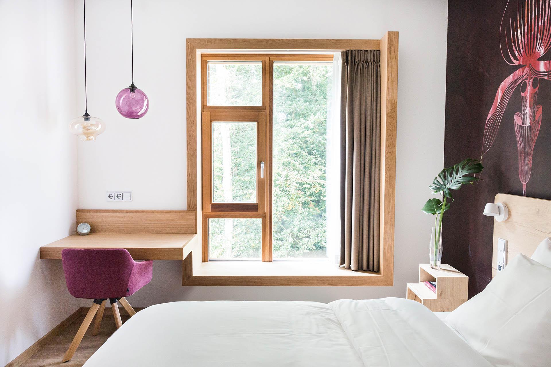 raamkozijn hotel bankje hout rood natuur windowsill hotelkamer hoteldesing