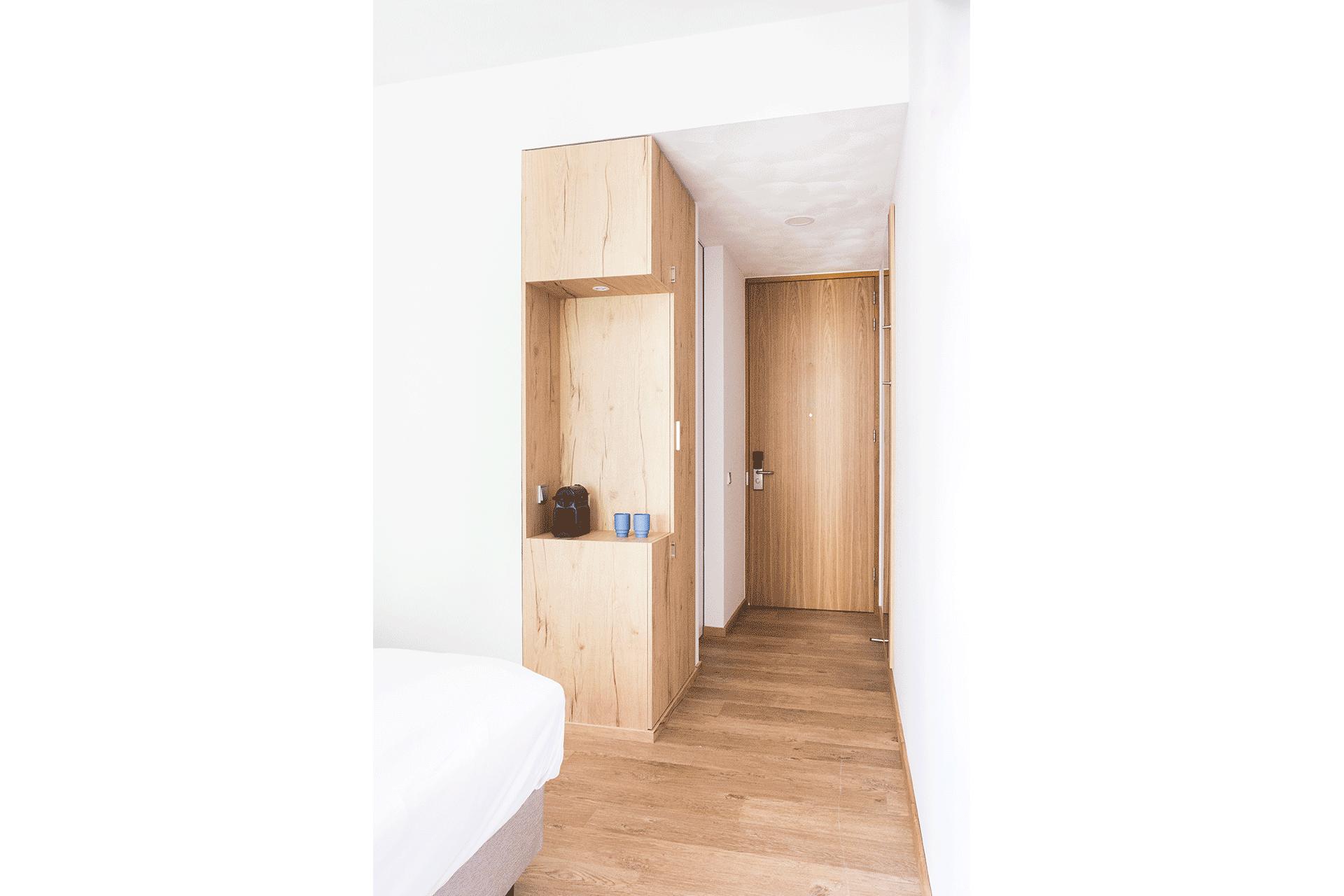 hotelkamer hout inbouwkast bouwen hotel duurzaam