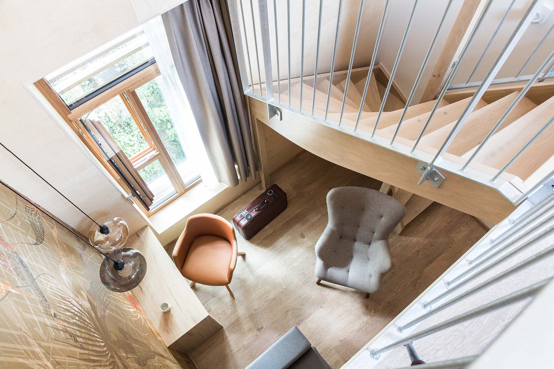 landgoed hotel hotelkamer entresol dubbel bank trap licht geel hout duurzaam fris nieuw vught