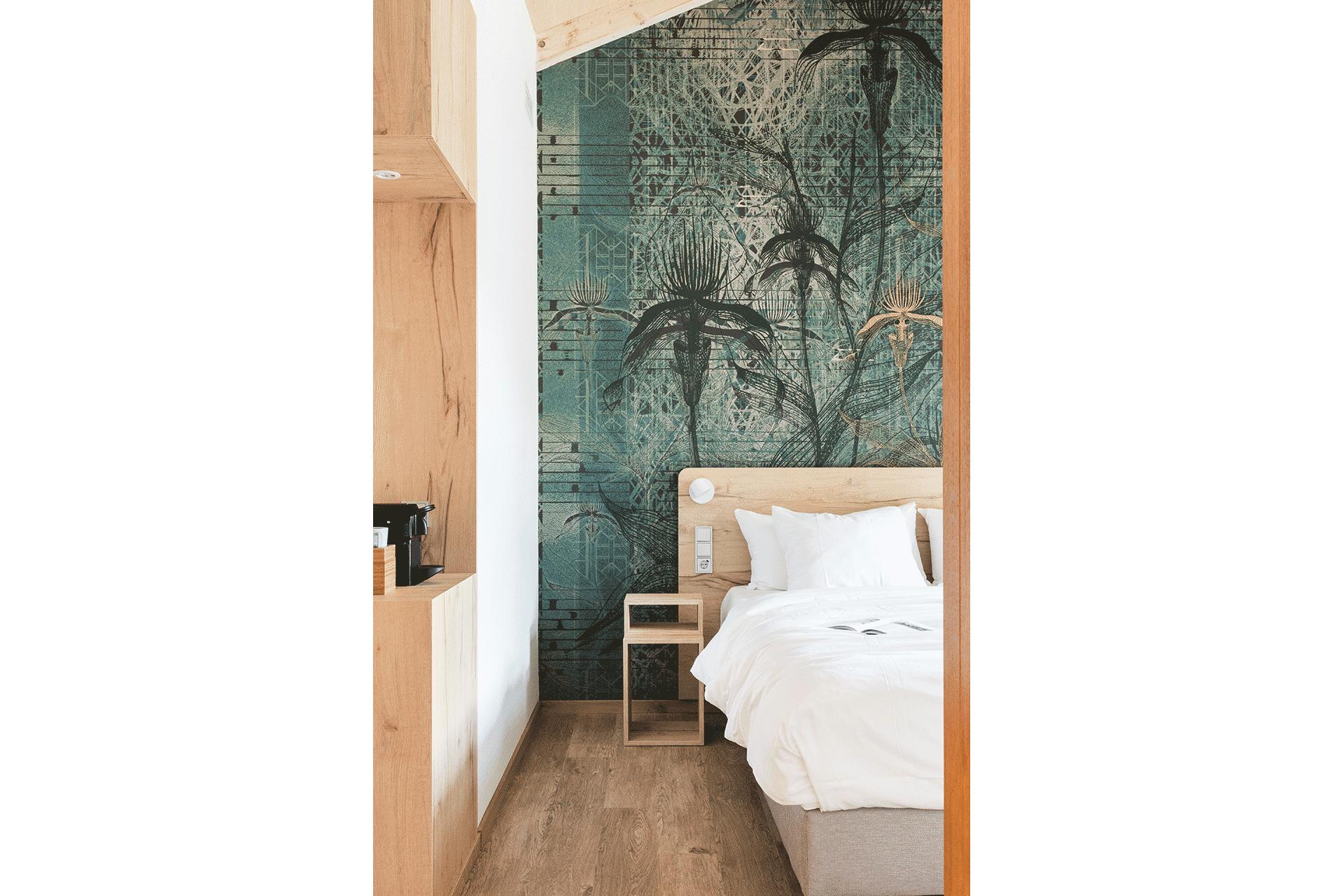 architect zoetmulder hotelkamer bed nachtkastje hout duurzaam patroon groen