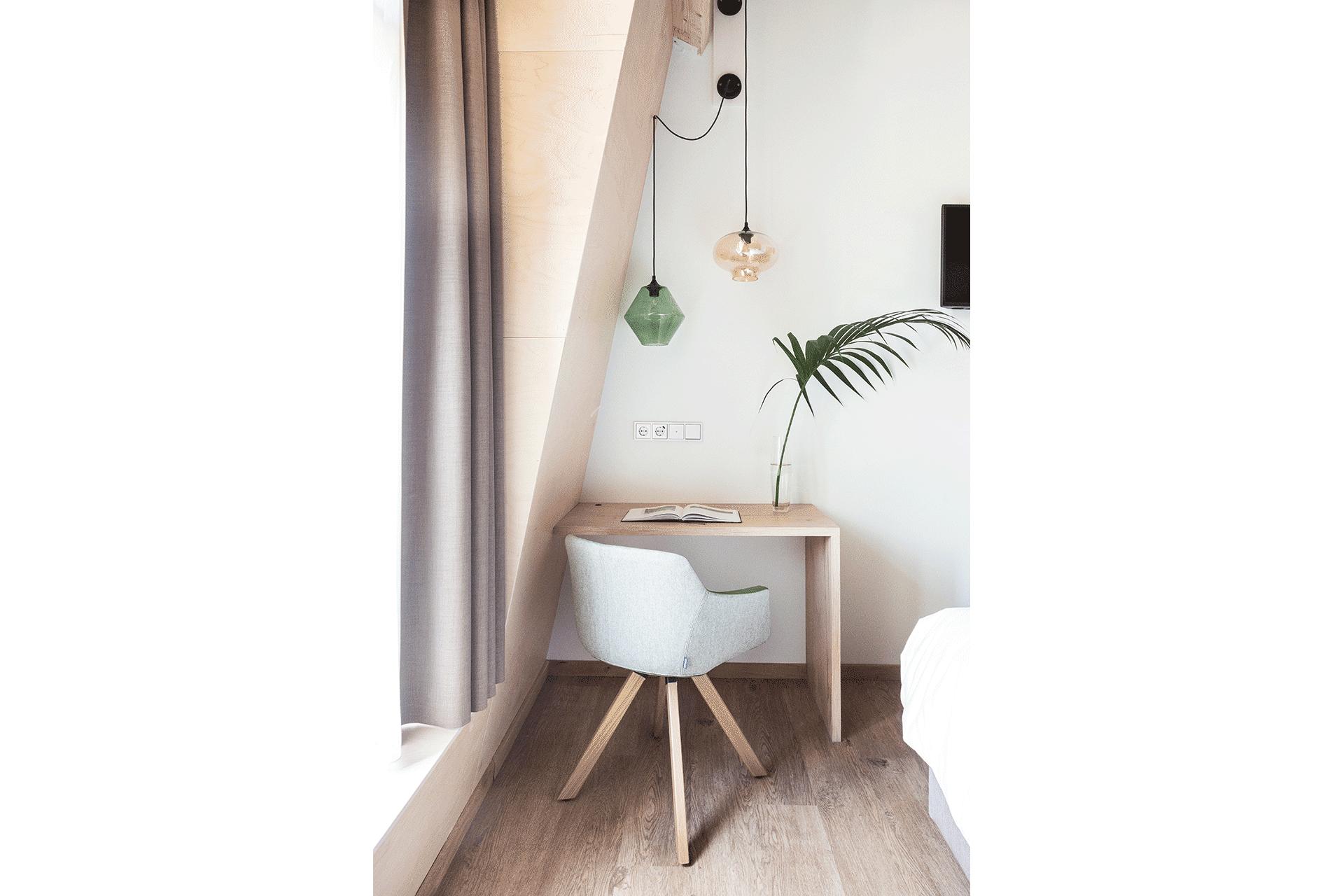 design stoel hotelkamer plant groen hout hotel designhotel vught den bosch passief huis
