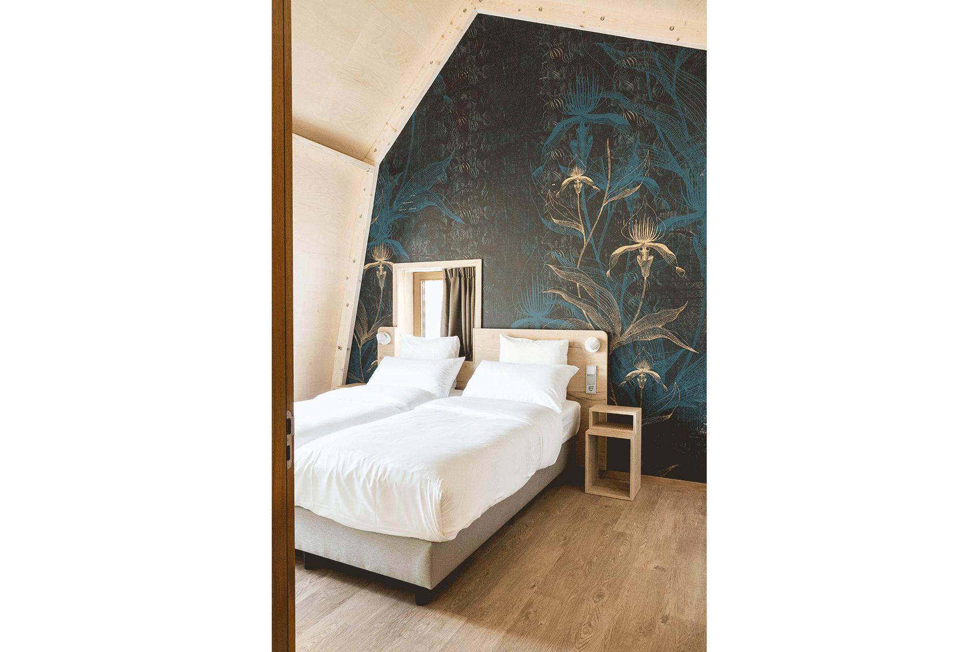 hotelkamer blauw patroon hout duurzaam raam bed duurzaam passief huis licht