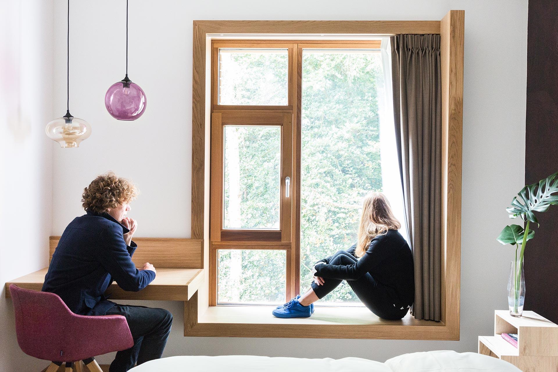 architect zoetmulder raamkozijn hout hoteldesign zitten in raam kozijn duurzaam hotel